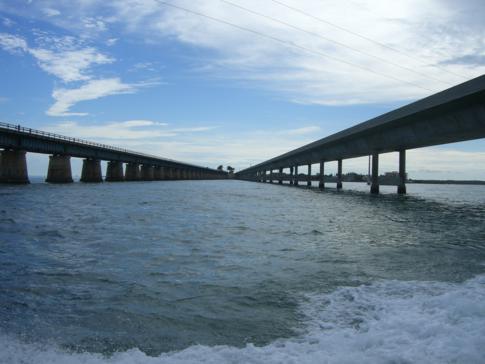 Blick von Pigeon Key auf die alte und die neue Seven Mile Bridge