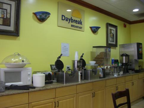 Kontinentales Frühstück mit Waffeln, Toast und Butter im Days Inn