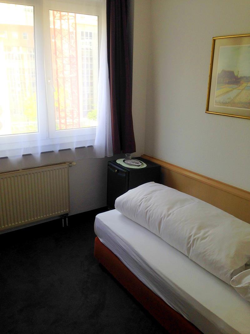 Mein Einzelzimmer im Hotel Adler in Frankfurt