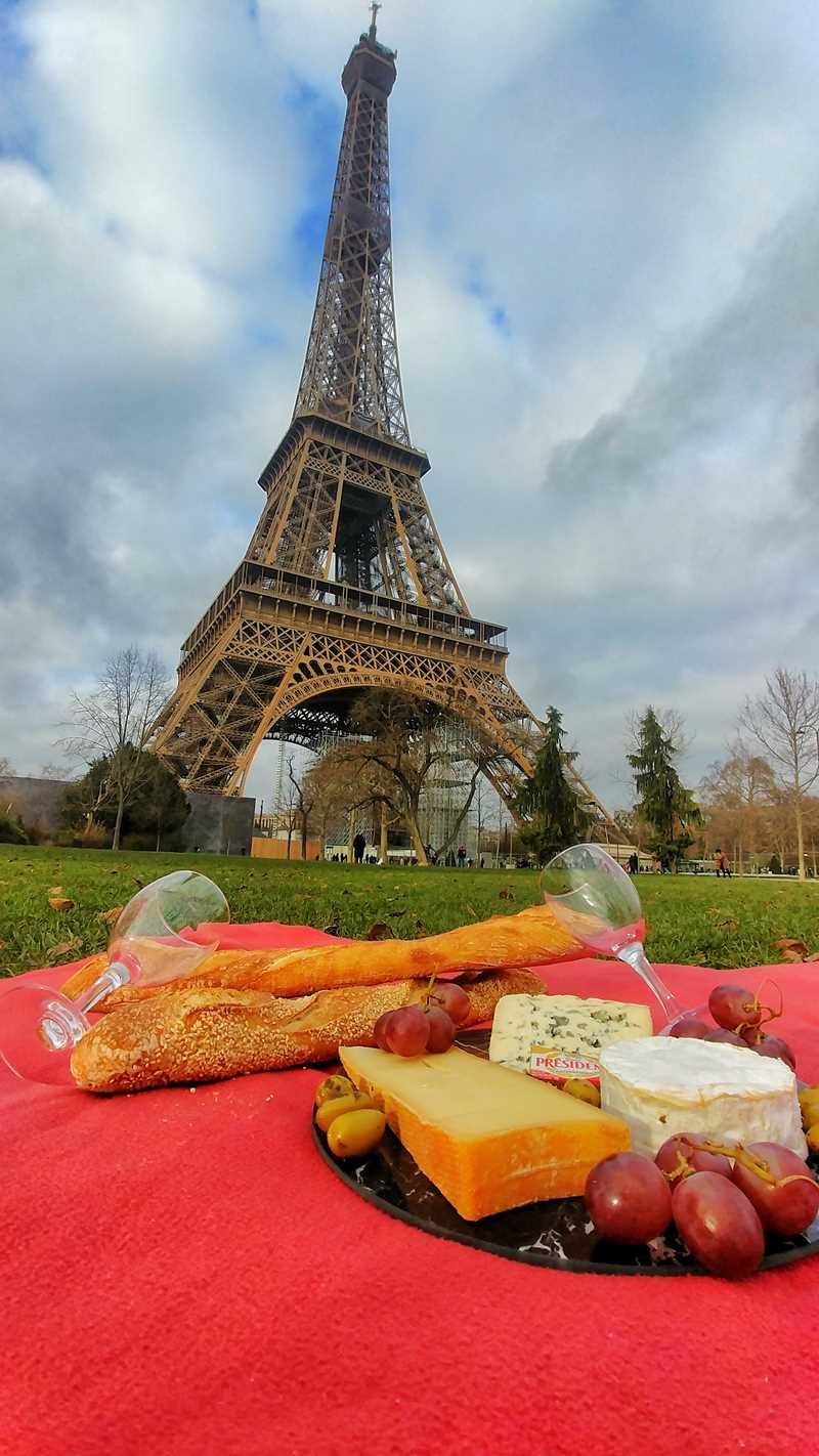 Ein romantisches Picknick am Eiffelturm in Paris