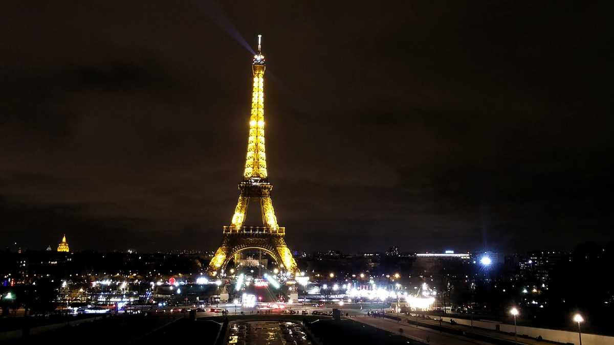 Blick vom Garten Trocadero auf den Eiffelturm in Paris