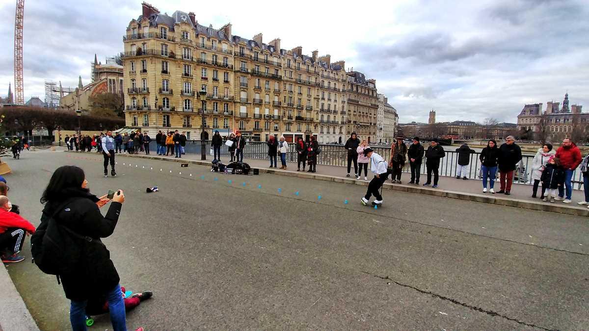 Straßenkünstler auf der Ile de Seine in Paris