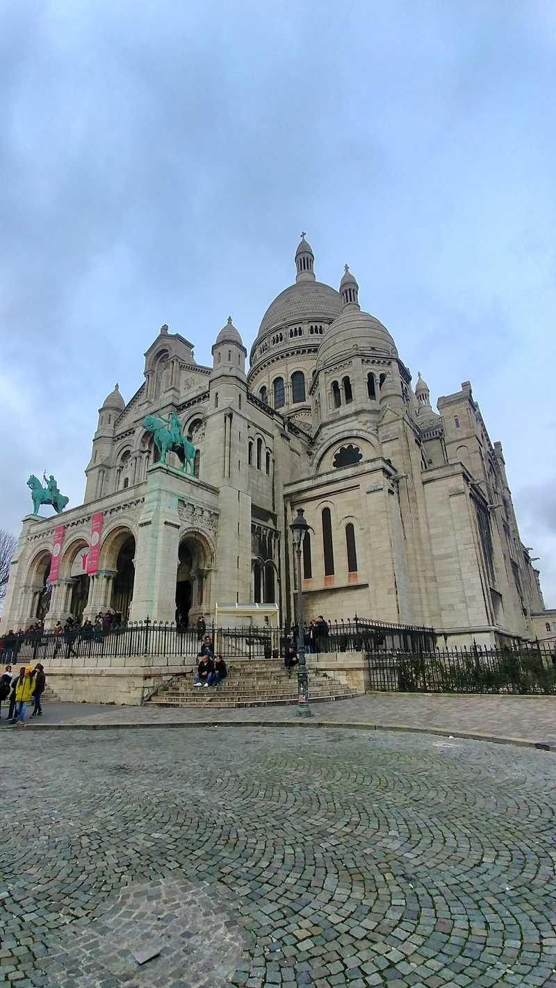 Die Basilika Sacre-Couer im Pariser Stadtviertel Montmartre