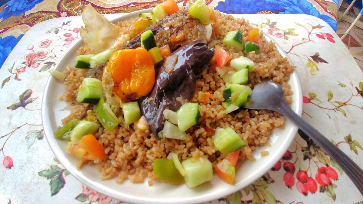 Typisches Essen in Gambia in einem lokalen Restaurant