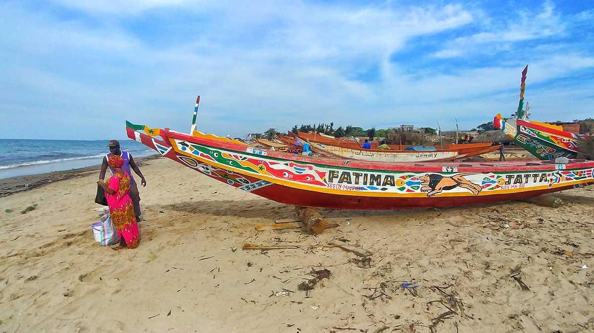 Die bunten Fischerboote von Gambia im Ort Ghanatown