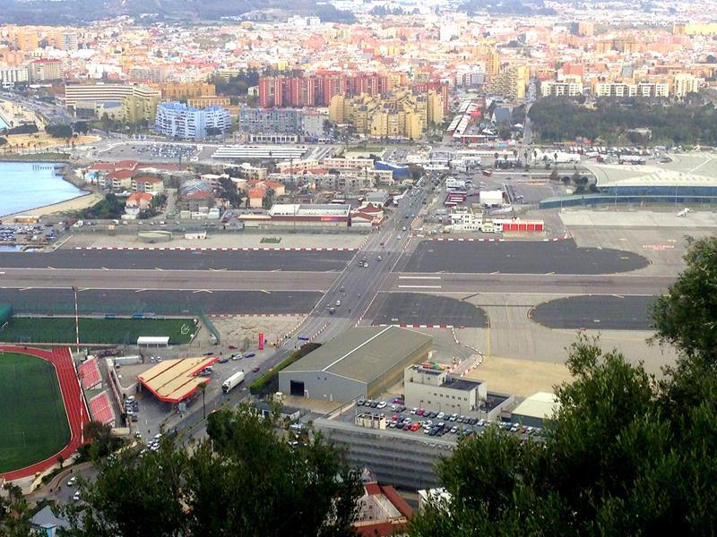 Blick auf den Flughafen von Gibraltar und die Landebahn mitten über die Straße