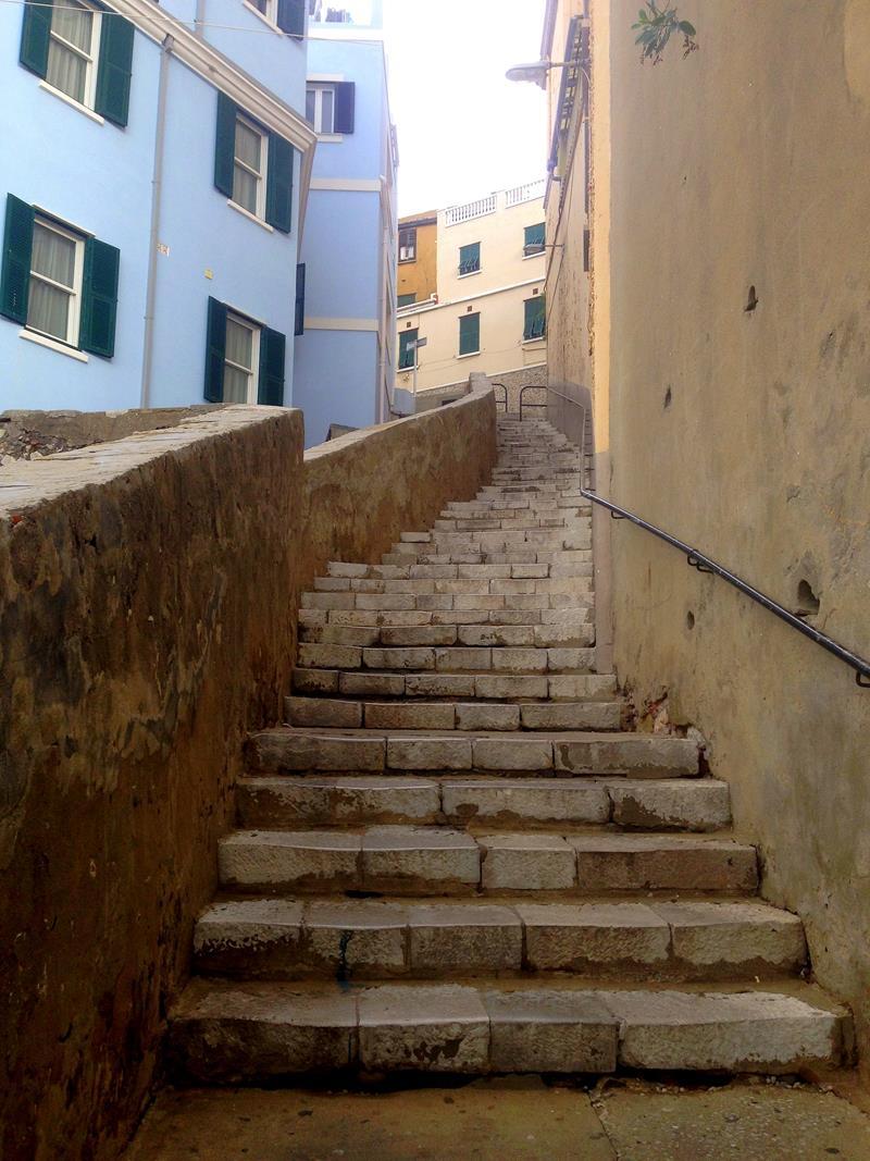 Gibraltar erstreckt sich über viele Stufen und enge Gassen
