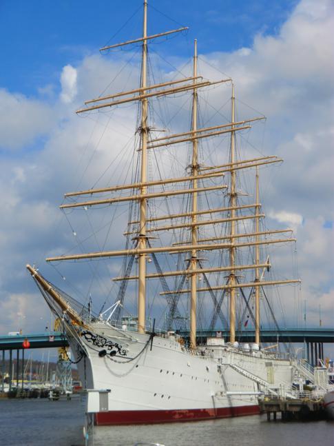 Die Viking, ein großer Viermaster, welcher heute als Restaurantschiff dient