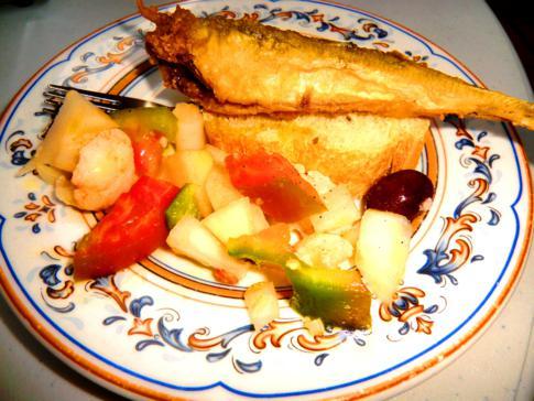 Leckerer Gratis-Tapa in Granada: gebratener Fisch mit Blumenkohlsalat