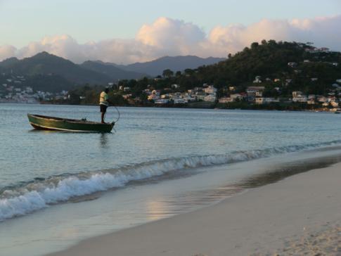 Ein Fischerboot in der Grand Anse Bay