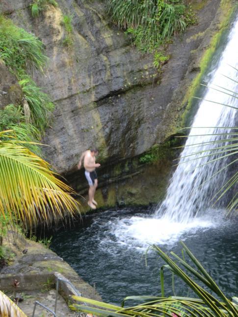 Sprung in das Sammelbecken des unteren Concord Wasserfalls