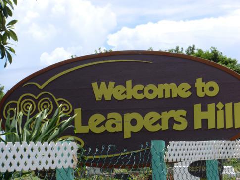 Willkommensschild am Leapers Hill in Sauteur