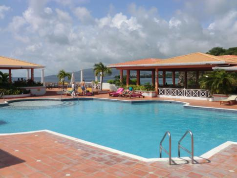 Die Poolanlage des Grenadian by Rex Resorts in Grenada