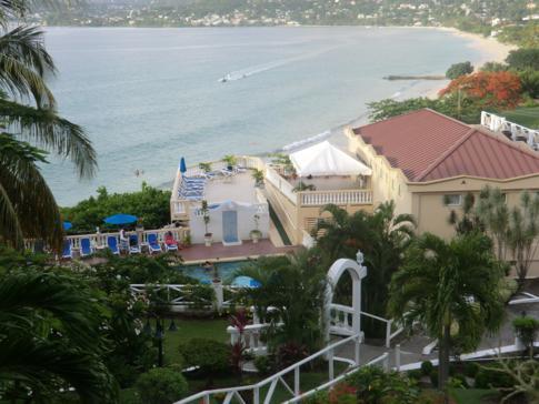 Pool und Restaurantanlage des Flamboyant Hotel, direkt über dem Grand Anse Beach