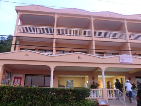 Das Haupthaus und die Rezeption des Flamboyant Hotel