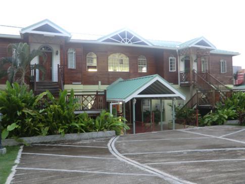 Das Haupthaus mit Restaurant und Lobby im Kalinago Beach Resort