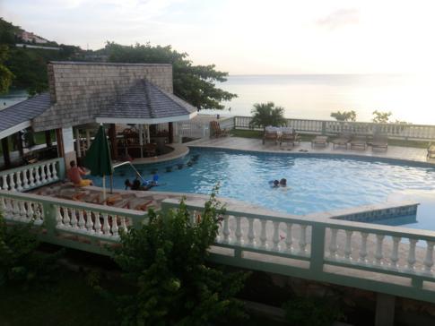Kalinago Beach Resort: Pool und Poolbar sowie der Blick über die Morne Rouge Bay