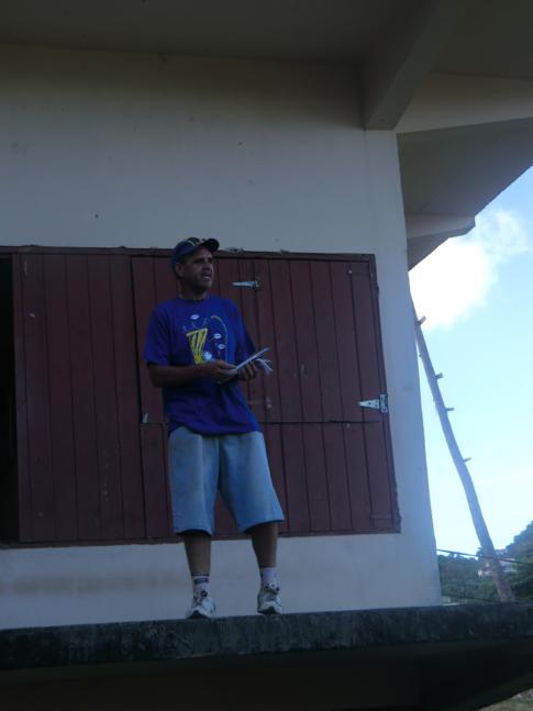 Der Hashmaster erklärt den jeweiligen Verlauf der Strecke durch einen bestimmten Teil von Grenada