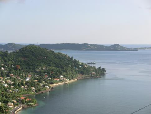 Ausblick vom Gipfel auf Grand Mal Bay und die Westküste von Grenada