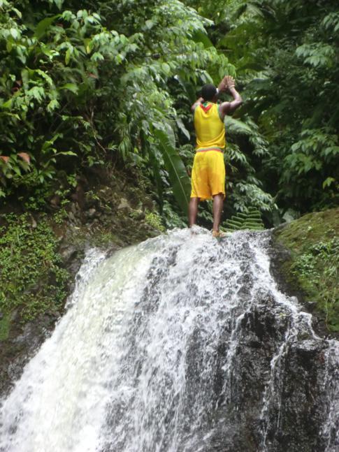 Der Guide macht sich zum Sprung von einem der Wasserfälle bereit.