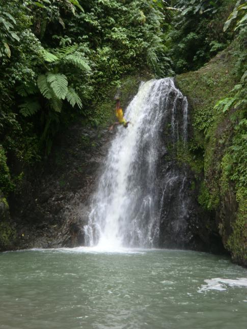Sprung aus mehr als 10 Metern hinunter in das von den Wasserfällen gespeiste Becken