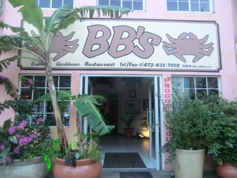 Der Eingang zum Restaurant BB's Crabback in St. George's