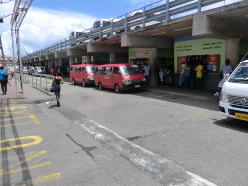 Der Busbahnhof von St. Georges in Grenada