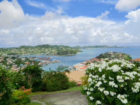 Blick von St. Georges auf Port Louis, Grand Anse und die Südwestküste von Grenada