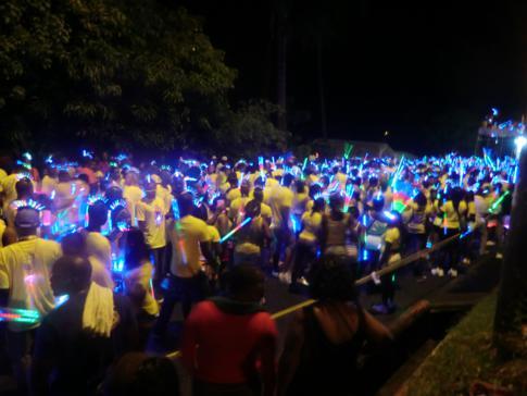 Der Monday Night Mas Umzug beim Spicemas während des Karneval in Grenada