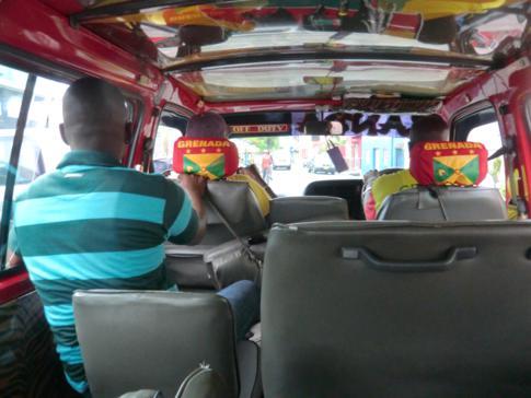 Ein typischer Minibus im Einsatz in Grenada