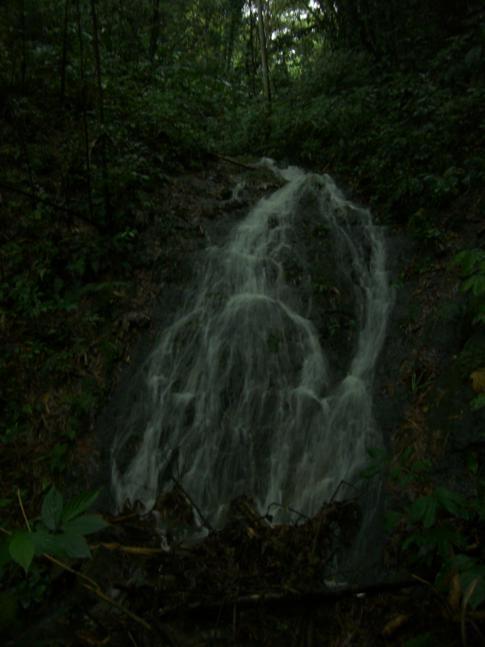 Aus Regen gespeister Wasserfall auf dem Weg zum Mount St. Catherine