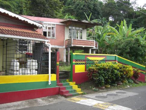 Ein typisches farbenfrohes Dorf in Grenada