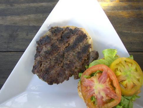 Leckerer Burger im Umbrellas Restaurant  am Grand Anse Beach