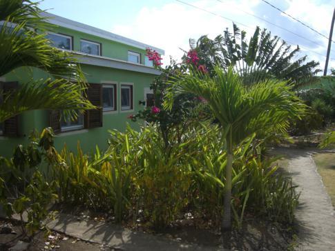 Ein Gebäude mit Zimmern in der Cabier Ocean Lodge in Crochu