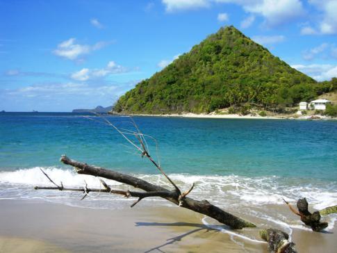Blick vom Levera Beach auf die Insel Sugar Loaf vor der Küste Grenadas