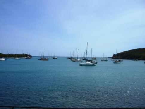 Blick von Hog Island auf die Jachten vor der Küste von Grenada