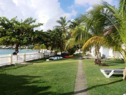 Garten des Grenada Grand Beach Resort am Grand Anse Beach