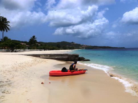 Ein Kajak ausleihen ist nur eine der Möglichkeiten des Wassersports am Grand Anse Beach