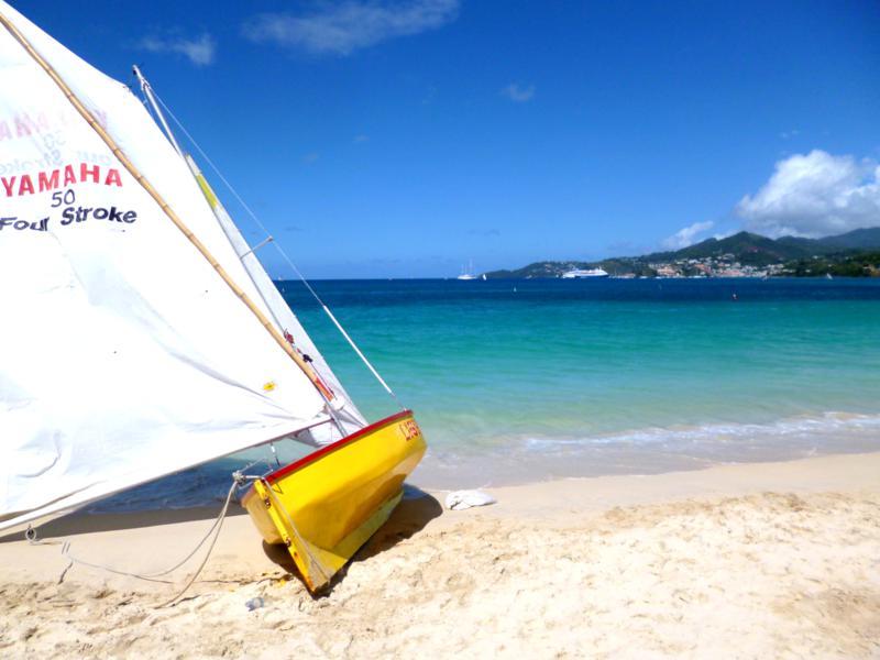 Bunte Farben bei der Grenada Workboat-Regatta am Grand Anse Beach