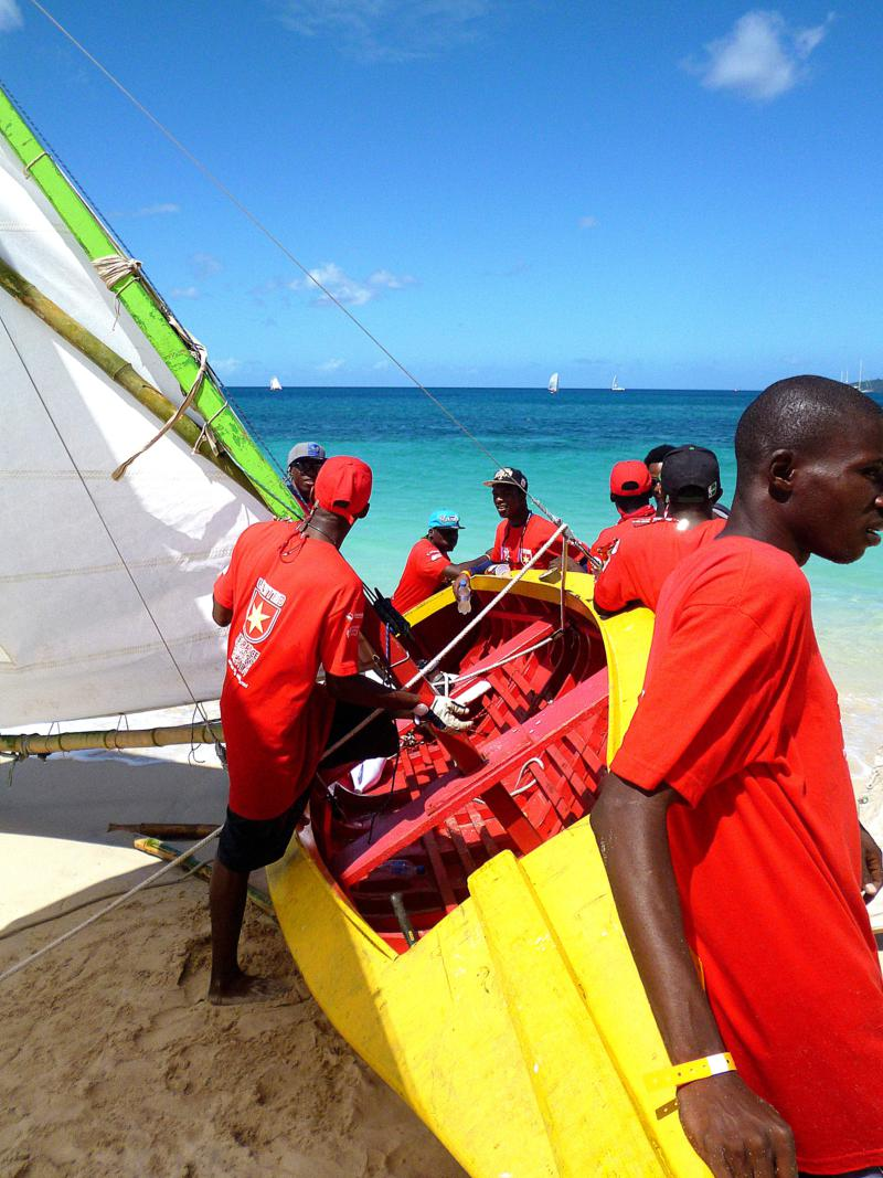 Bunte Farben bei der Grenada Workboat-Regatta am Grand Anse Beach