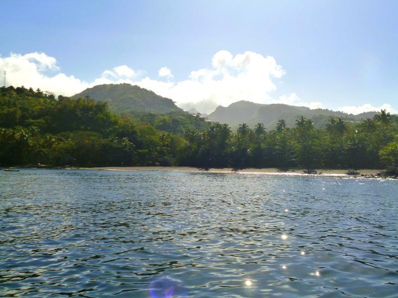 Der Black Bay Beach auf Grenada vom Meer aus gesehen