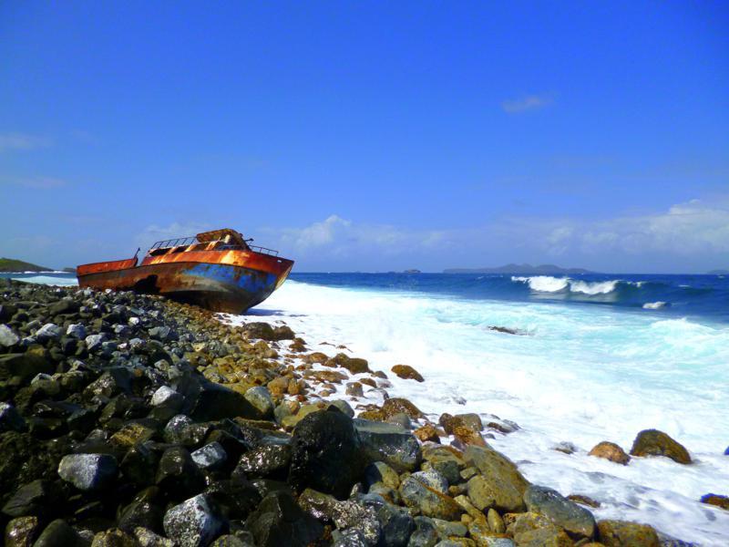 Ein Wrack liegt an der Nordküste von Sandy Island