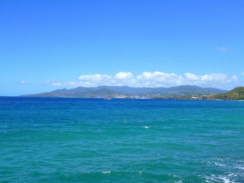Blick vom Pink Gin Beach auf St. Georges, die Hauptstadt von Grenada