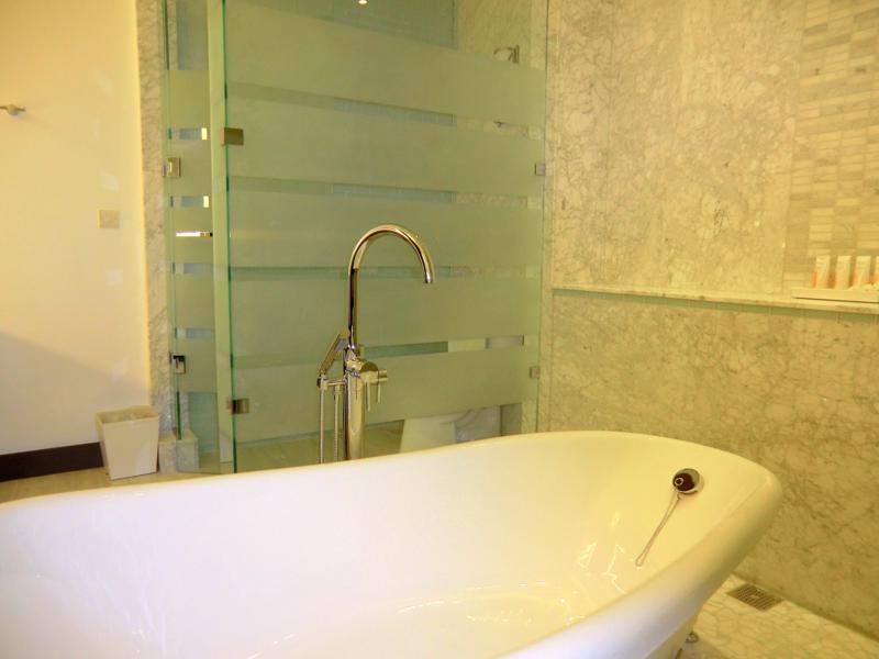 Das Badezimmer meiner Luxury-Skypool-Meerblick-Butler-Suite im Sandals Resort