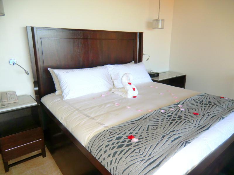 Das Schlafzimmer meiner Luxury-Skypool-Meerblick-Butler-Suite im Sandals Resort