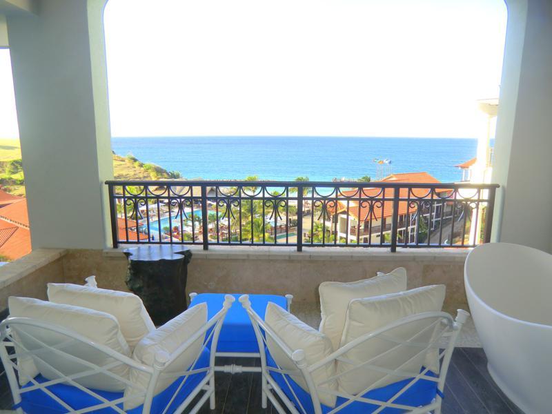 Der Balkon meiner Luxury-Skypool-Meerblick-Butler-Suite im Sandals Resort