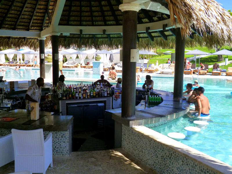 Poolbar im Sandals LaSource Grenada