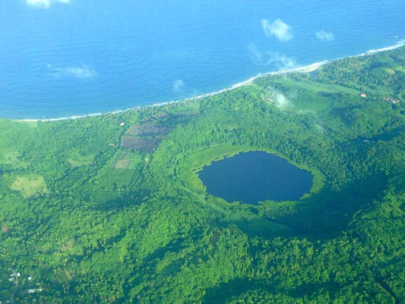 Der Lake Antoine Kratersee aus der Luft gesehen