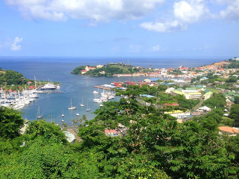 Blick auf die Marina sowie die Hauptstadt St. Georges