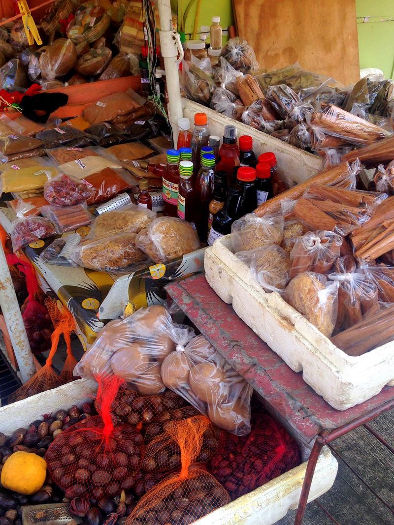 Gewürze auf dem Markt in St. Georges auf der Gewürzinsel Grenada